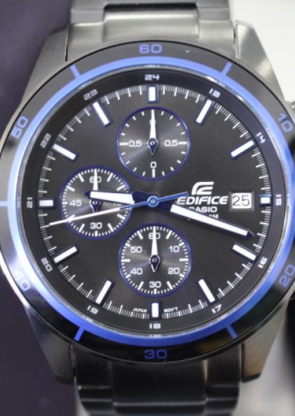 Часы очень хорошие, размер идеален для большинства размеров рук, не увеличен до ширины руки как многие эдифисы, отлично подходит в том числе и под рукав рубашки.