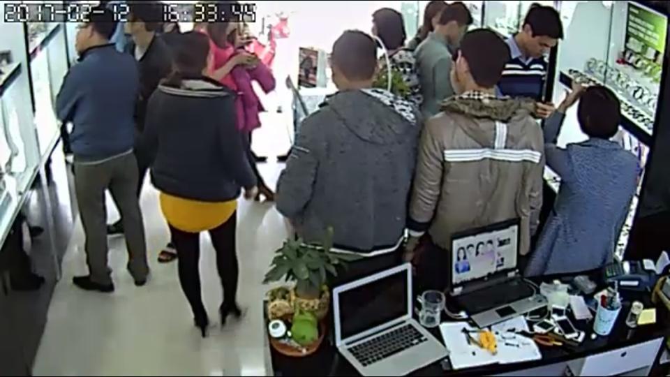 cửa hàng của JPWatch luôn được khách hàng tin tưởng và đến mua hàng đông như thế này