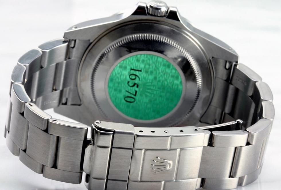 Biểu tượng vương miện trên con số tham chiểu của đồng hồ Rolex xịn