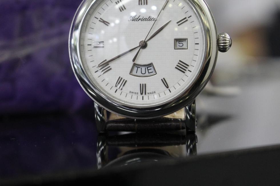 chiếc đồng hồ Thụy Sỹ có ghi SWISS MADE