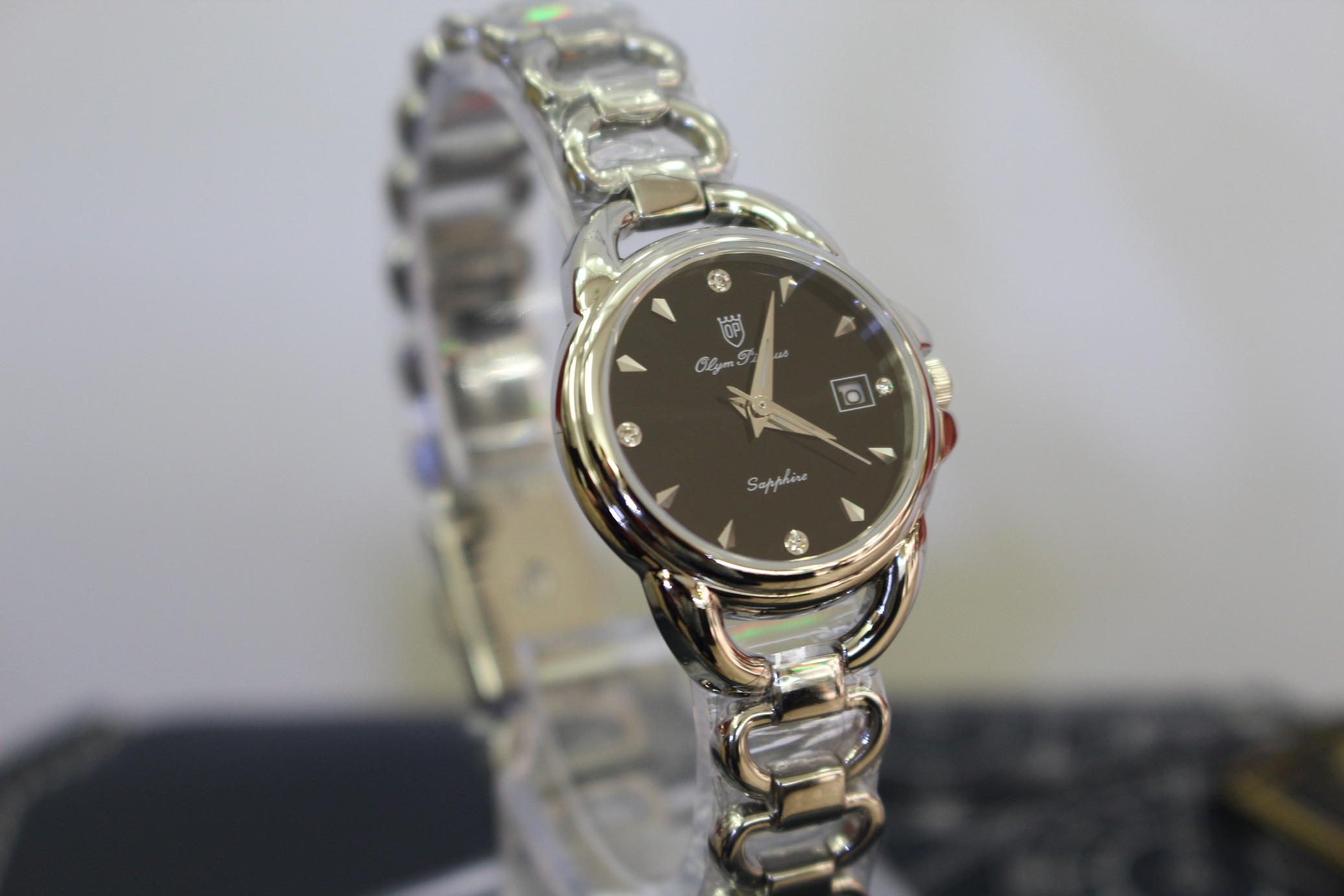 Vẻ đẹp tinh tế đến từng chi tiết của chiếc đồng hồ nữ Olym Pianus dưới 3 triệu OP2467LS