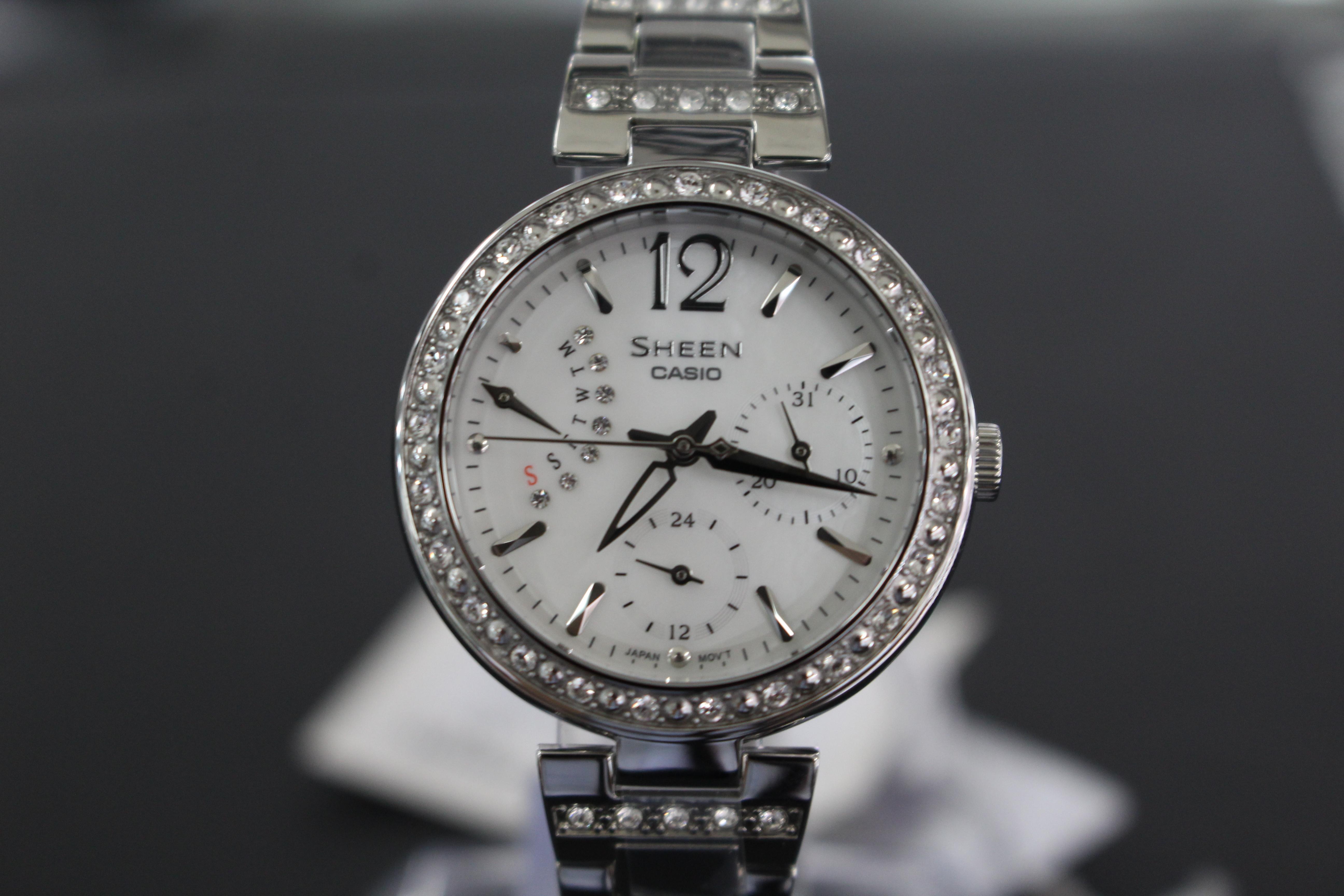Lẵng nghe tiếng đồng hồ chạy để nhận biết đồng hồ nữ cao cấp