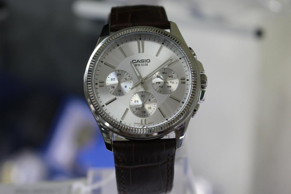 Những chiếc đồng hồ có 3 mặt nhỏ hay còn gọi là đồng hồ 6 kim có vẻ ngoài thời trang và hiện đại hơn