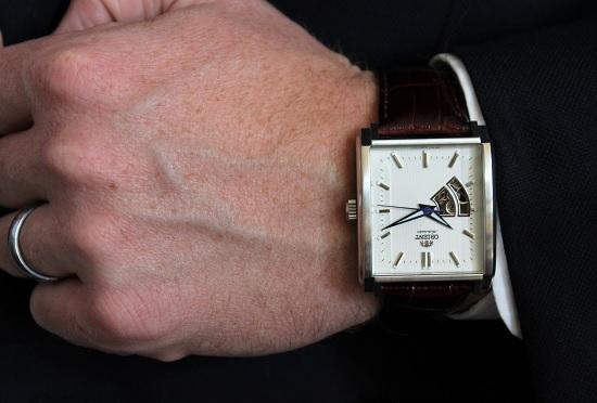 Chọn mặt đồng hồ nam dây da mặt vuông sáng cùng dây da tối màu để nổi bật