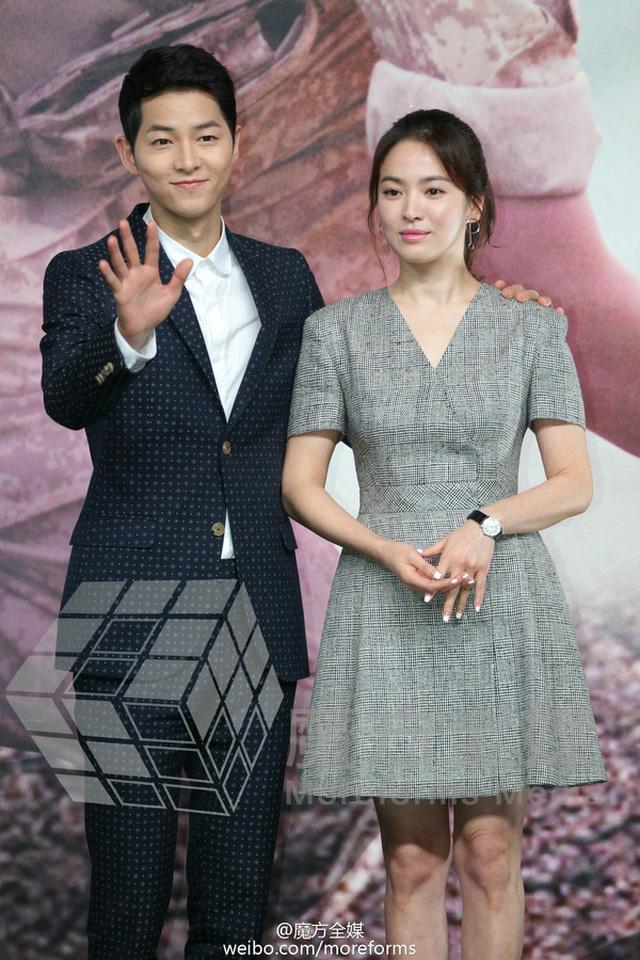Song Hye Kyo đeo đồng hồ dây da mặt tròn trong một sự kiện