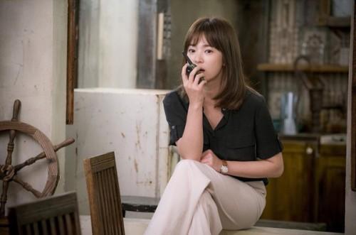 Song Hye Kyo trong một cảnh quay phim có đeo đồng hồ