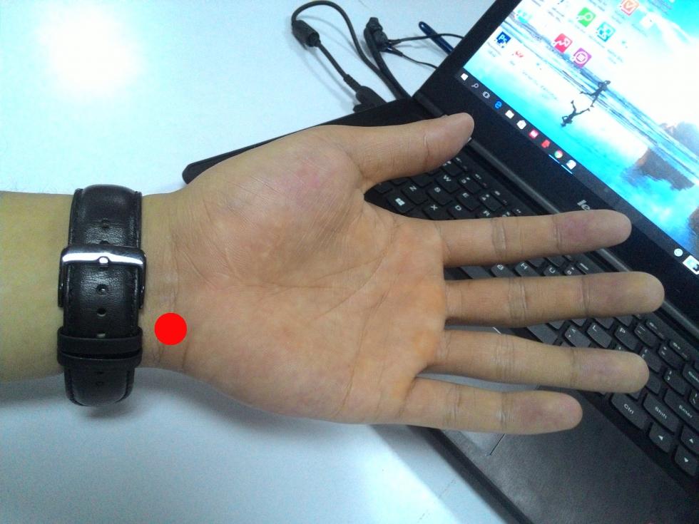 Huyệt Thần môn khi đeo đồng hồ