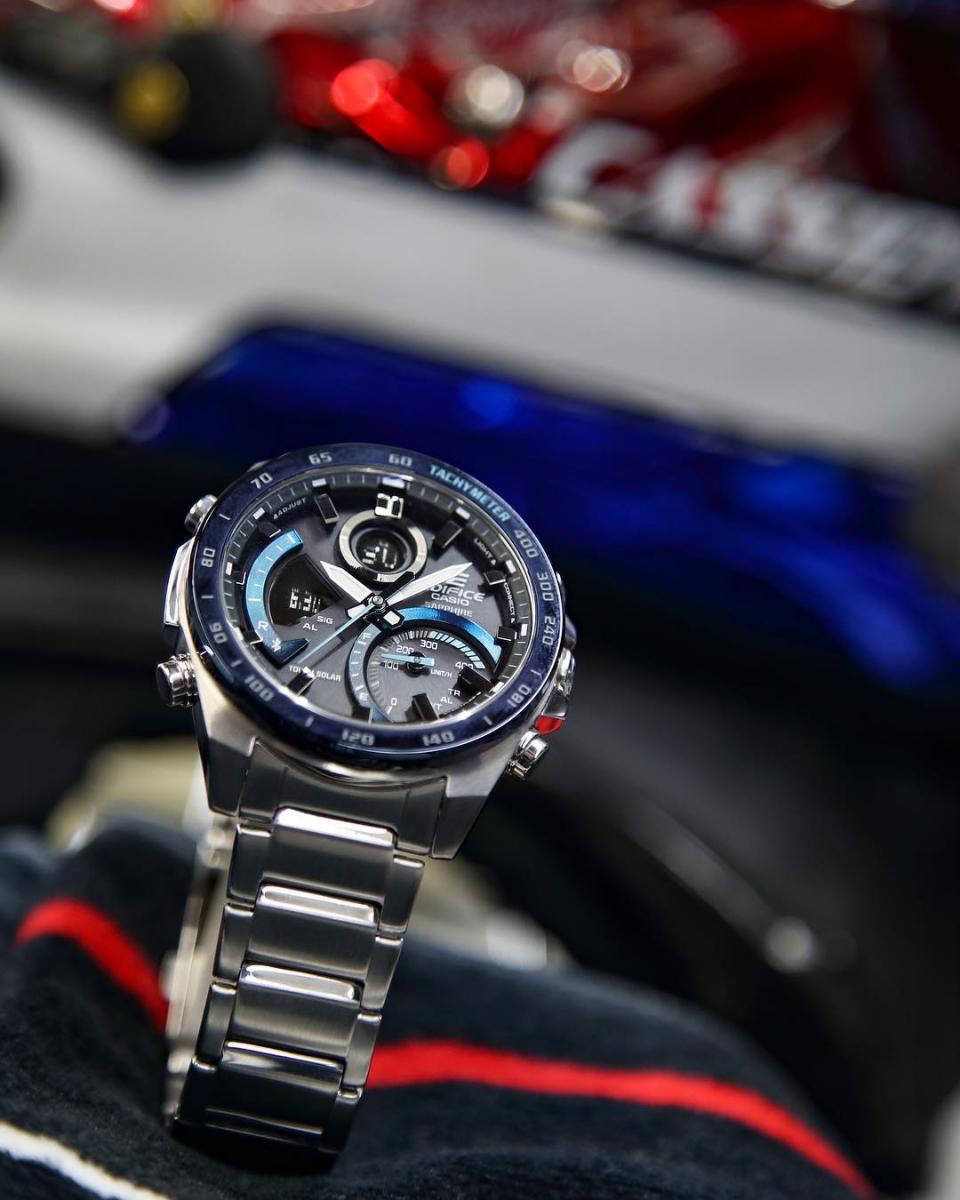 Đồng hồ Casio Edifice có thiết kế khá phức tạp nên chỉnh giờ cũng sẽ khó hơn một chút