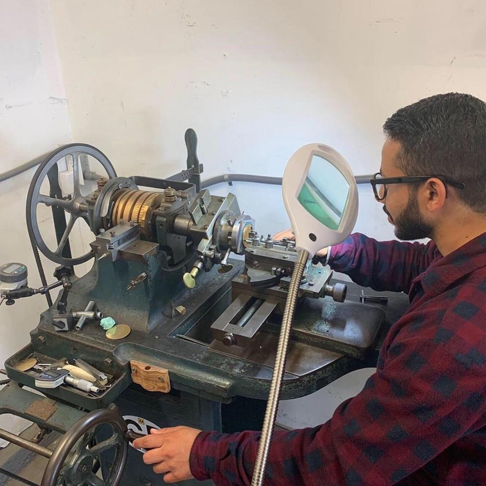 Ngày nay đã có máy móc để làm ra họa tiết guilloche, còn trước đây nó hoàn toàn được làm thủ công bằng tay
