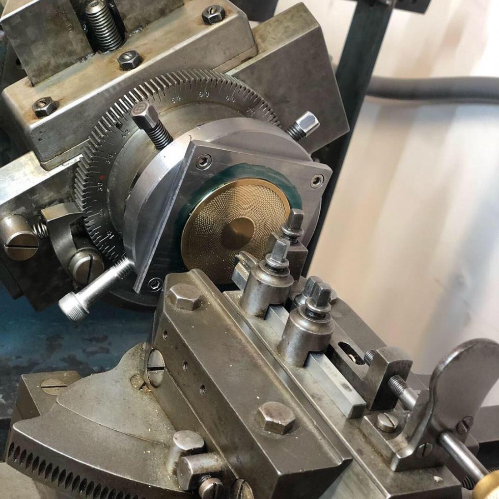Chế tác họa tiết guilloche rất phức tạp, đòi hỏi người thợ phải có tay nghề cao