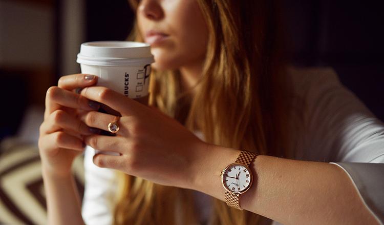 cách đeo đồng hồ nữ đúng cách