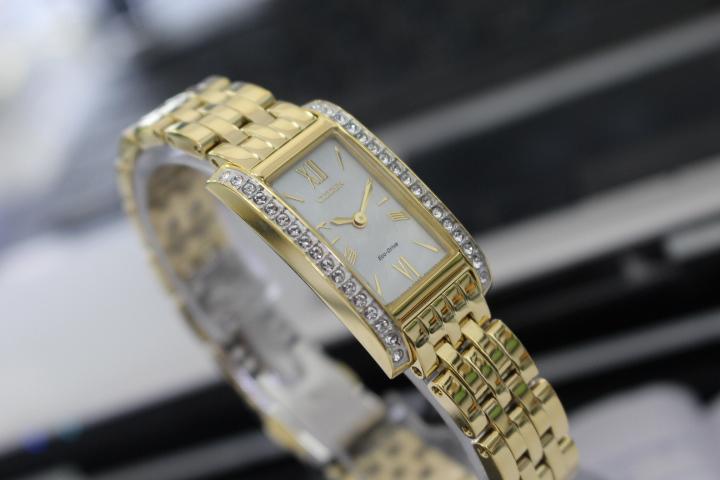 phụ nữ nên đeo đồng hồ tay trái hay tay phải
