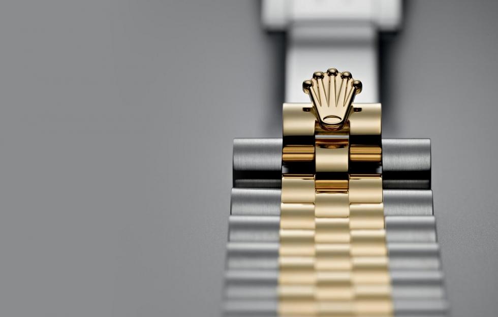 Logo được dập sắc nét trên dây đeo của đồng hồ Rolex xịn