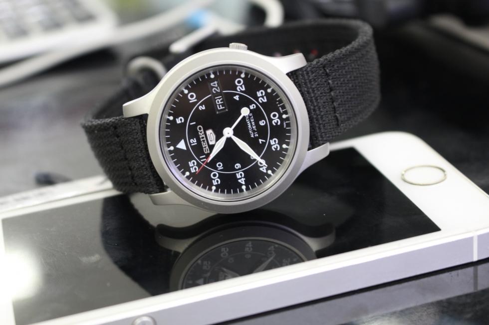 Đồng hồ Seiko 5 SNK809K2 với tính năng hiển thị giờ kép