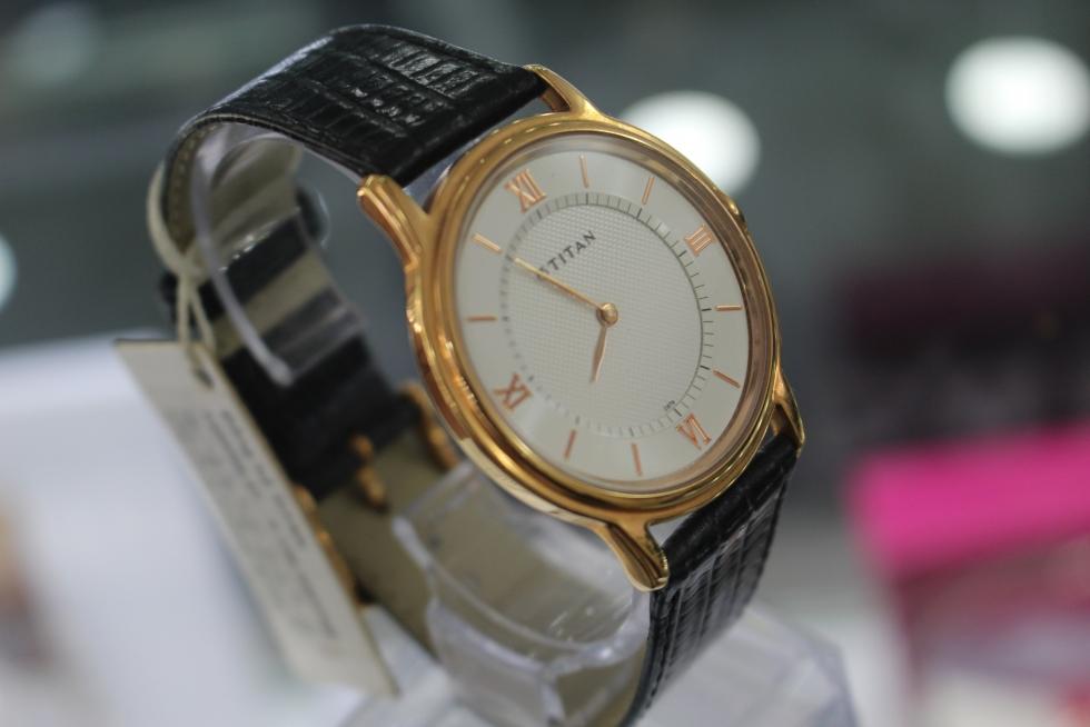 Kiểu đồng hồ với mặt tròn, phẳng, đơn giản sẽ phù hợp với nhiều phong cách khác nhau
