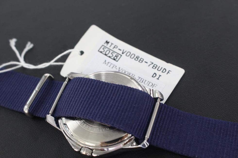 Mặt sau đồng hồ Casio dây dù MTP-V008B-7BUDF