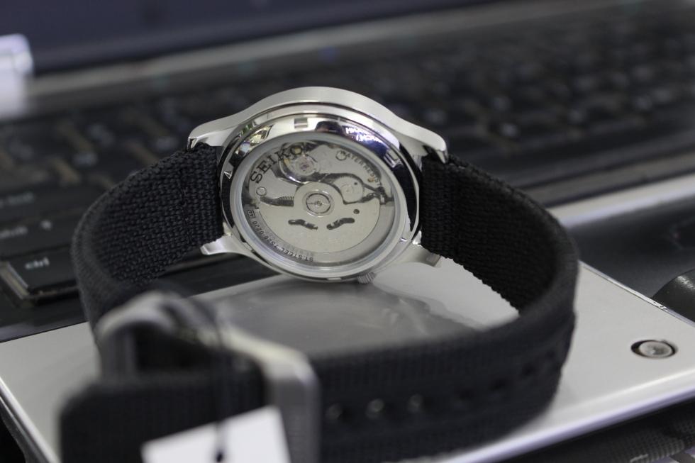 Phần dây dù bền, tiện lợi và cực thời trang của chiếc đồng hồ Seiko 5 SNK809K2