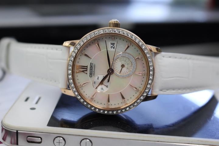 Đồng hồ cơ Orient nữ RA-AK0004A10B được thiết kế theo phong cách hiện đại