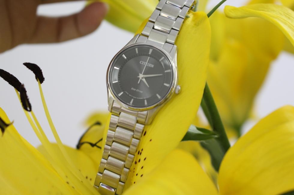 Vẻ đẹp của đồng hồ Citizen nữ Eco-Drive EM0401-59E