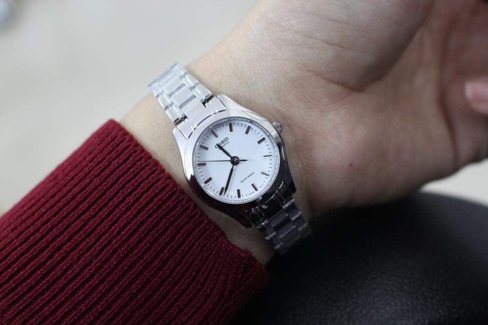 Đồng hồ kiểu đơn giản thích hợp cho người làm trong môi trường công sở