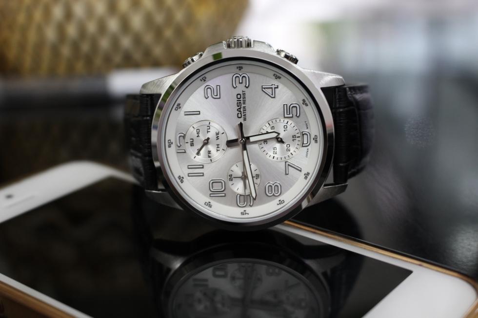 Đồng hồ nam dây da với nhiều chi tiết cầu kỳ sẽ phù hợp với các chàng trai trẻ tuổi