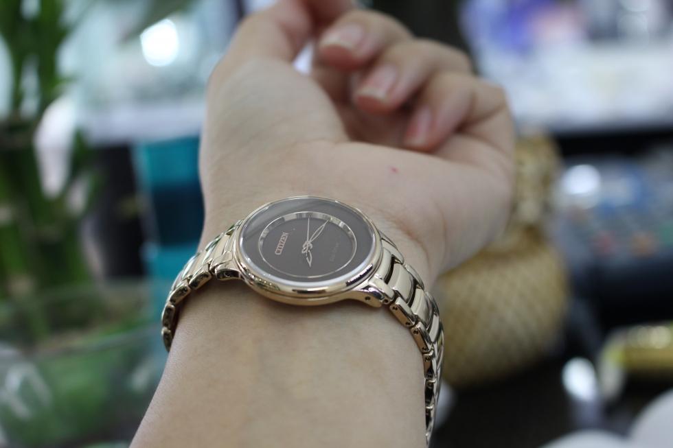 Vẻ sang chảnh của đồng hồ Citizen nữ Eco-Drive EM0382-51W