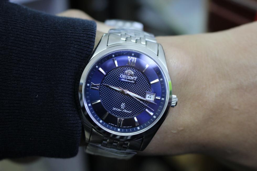 Đồng hồ cơ mặt tròn màu xanh lam phù hợp với người mệnh Thủy