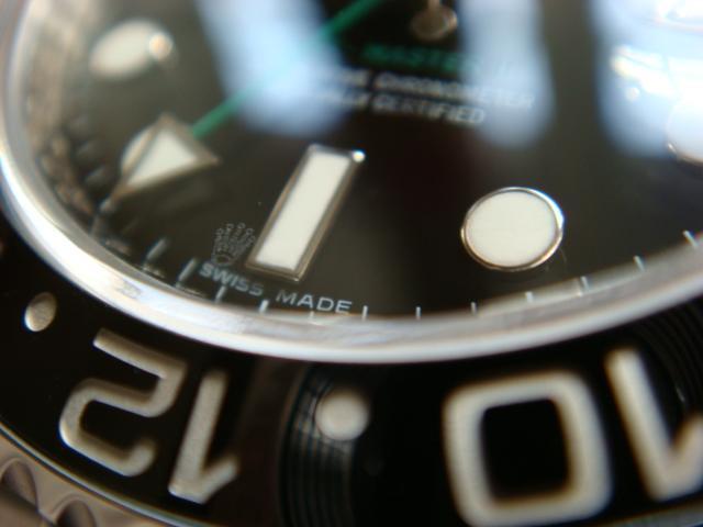 Biểu tượng vương miện trên mặt kính của đồng hồ Rolex xịn