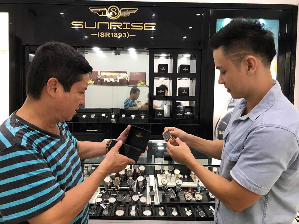 Chí Trung và Duy Khoa đi chọn đồng hồ Sunrise