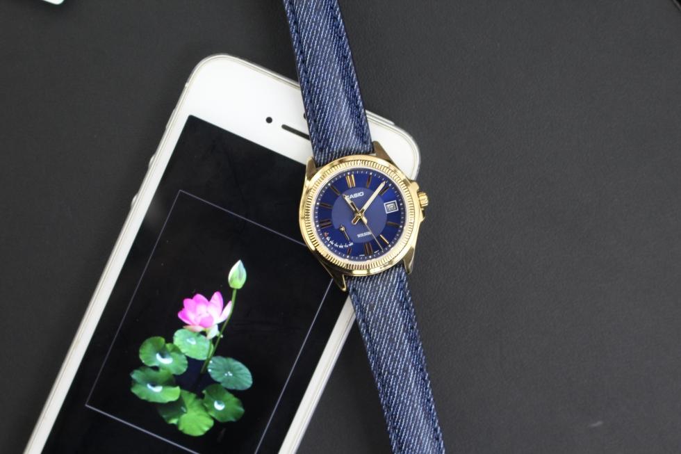 Thiết kế tinh tế từ mặt số đến dây da của chiếc đồng hồ Casio mặt xanh LTP-E115GBL-2AVDF