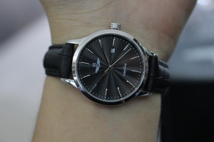 Đồng hồ nữ SR Watch SL1056.4101TE khi đeo trên tay