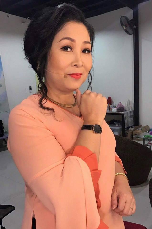 nghệ sĩ uu tú Hồng Vân cùng chiếc đồng hồ Sunrise trên tay